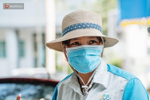 Công nhân môi trường những ngày rác ngập tràn Hà Nội: Nếu trời mưa, tôi không dám tưởng tượng sẽ như thế nào... - Ảnh 4.