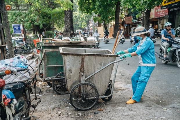 Công nhân môi trường những ngày rác ngập tràn Hà Nội: Nếu trời mưa, tôi không dám tưởng tượng sẽ như thế nào... - Ảnh 5.
