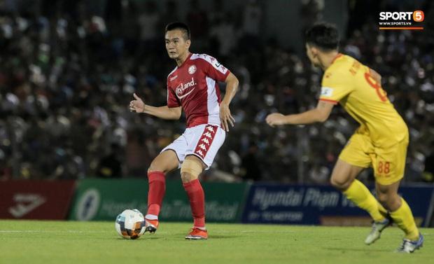 Cựu tuyển thủ Việt Nam phạm lỗi thô thiển, nhận cái kết đắng trong lần hiếm hoi được đá chính - Ảnh 1.