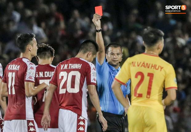 Cựu tuyển thủ Việt Nam phạm lỗi thô thiển, nhận cái kết đắng trong lần hiếm hoi được đá chính - Ảnh 3.