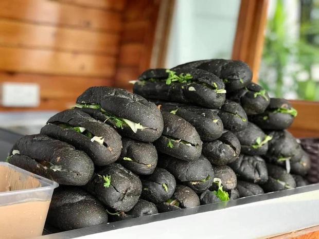 HOT: Xuất hiện loại bánh mì màu đen tuyền gây xôn xao MXH, đặc biệt nhất là được lấy cảm hứng từ… than Quảng Ninh - Ảnh 2.