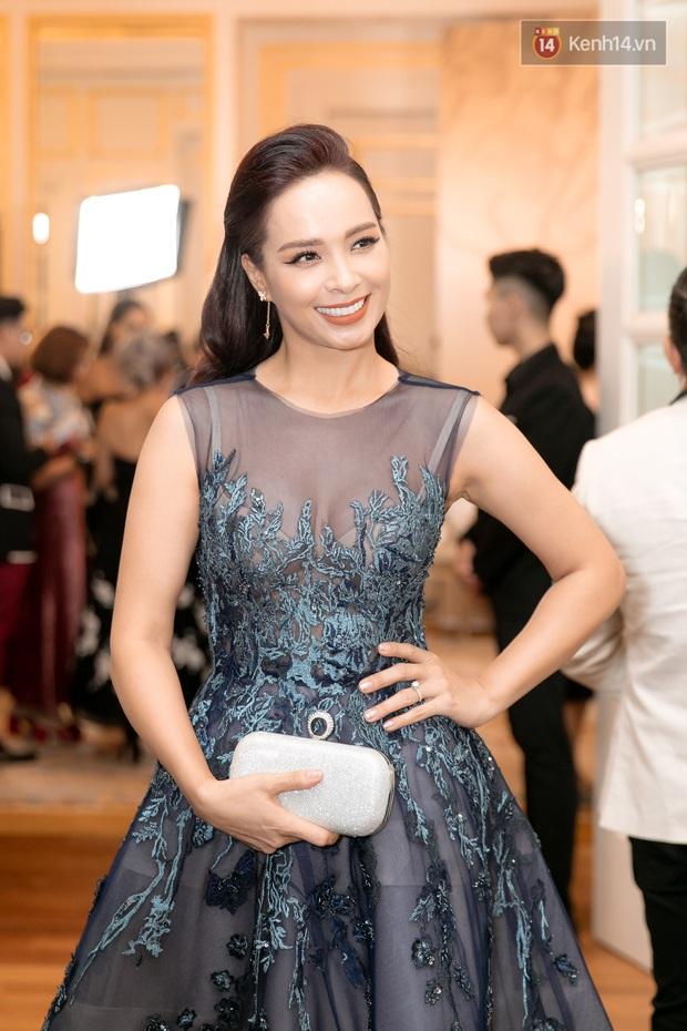 """Thảm đỏ show diễn toàn Hoa hậu của NTK Hoàng Hải: H'Hen Niê """"chặt chém"""" với tóc hồng, nổi bật giữa dàn mỹ nhân đình đám - Ảnh 6."""