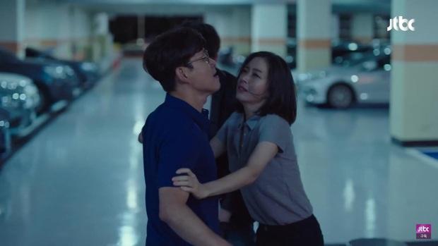Hết bị bạn thân chồng bắt gian vào khách sạn, bà lớn Yoon Ah lại bị cưỡng hôn bạo lực ở tập 4 Hội Bạn Cực Phẩm - Ảnh 10.