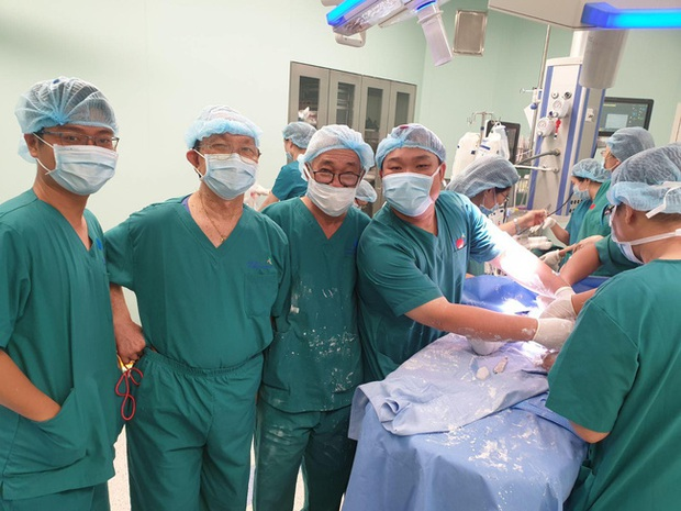 Bác sĩ ekip chỉnh hình trong ca tách song sinh Trúc Nhi - Diệu Nhi tiết lộ khoảnh khắc cuối cùng: Vừa bó bột xong là… muốn gục - Ảnh 8.