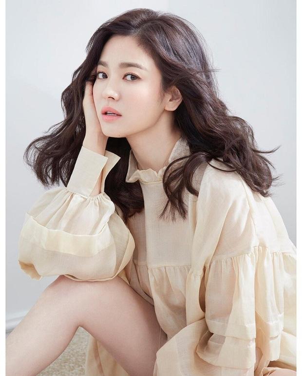 Cuộc đời trái ngược của mỹ nhân Hàn và bản sao: Bên hiền bên nổi loạn, cặp của Kim Tae Hee - Song Hye Kyo thị phi đường tình - Ảnh 21.