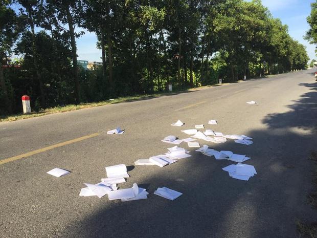 Bức xúc cảnh học trò thi xong vứt luôn sách vở giữa đường: Ý thức ở đâu? - Ảnh 1.
