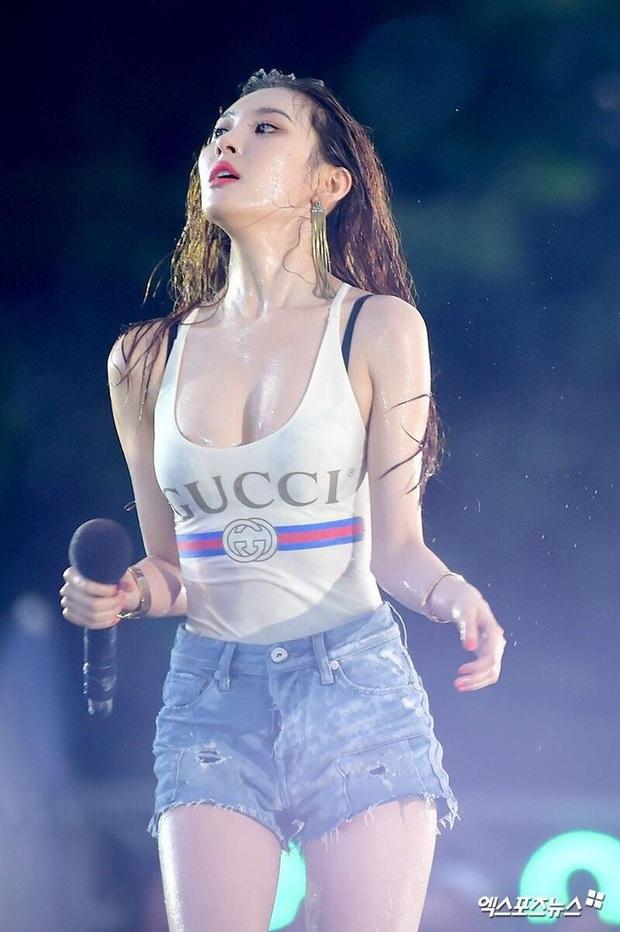 Ngẩn ngơ trước nhan sắc nóng bỏng của cô nàng diện áo Damwon Gaming: Hóa ra là nữ ca sĩ có biệt danh nữ hoàng quyến rũ Kpop - Ảnh 7.