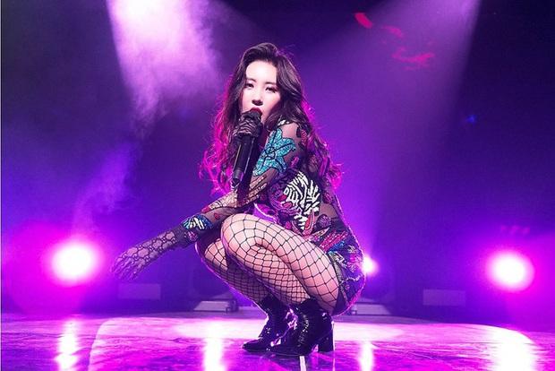 Ngẩn ngơ trước nhan sắc nóng bỏng của cô nàng diện áo Damwon Gaming: Hóa ra là nữ ca sĩ có biệt danh nữ hoàng quyến rũ Kpop - Ảnh 9.