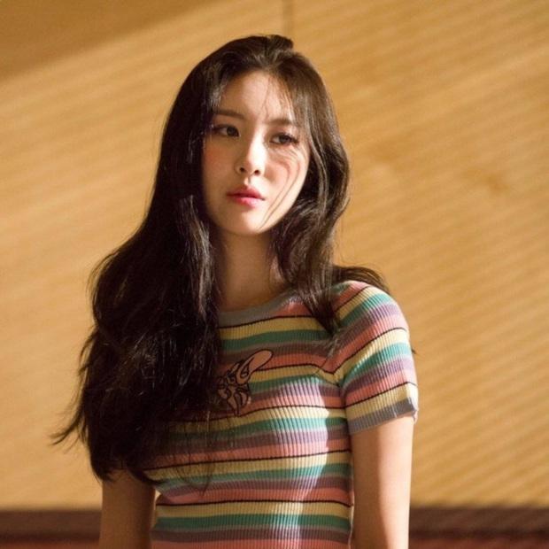 Ngẩn ngơ trước nhan sắc nóng bỏng của cô nàng diện áo Damwon Gaming: Hóa ra là nữ ca sĩ có biệt danh nữ hoàng quyến rũ Kpop - Ảnh 10.