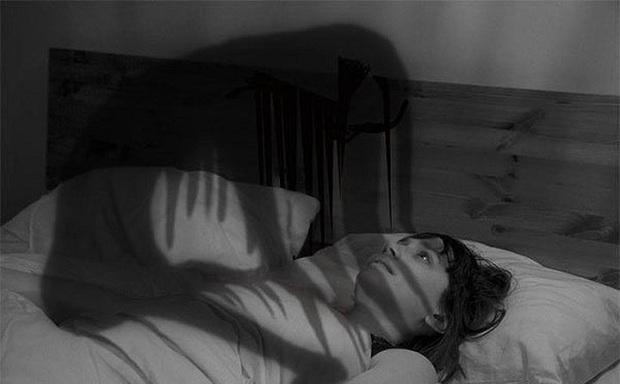 Giải mã vấn đề tâm lý đằng sau loạt giấc mơ bị ngã, khỏa thân nơi đông người, sống chung với người chết... - Ảnh 4.