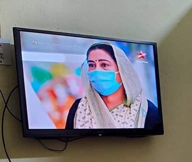 Cười ra nước mắt vì nụ hôn sáng tạo sau nón chắn dịch ở phim Ấn Độ mùa giãn cách - Ảnh 6.