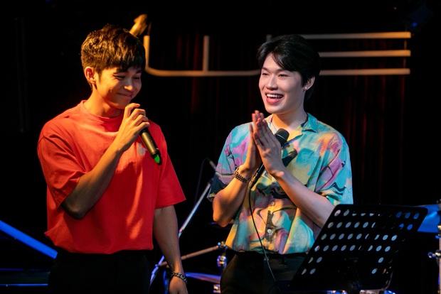 Jun Phạm công khai khoe nhẫn cặp với Ngô Kiến Huy, song ca bài hát mới toanh cùng với Quang Trung tại showcase mừng sinh nhật - Ảnh 6.