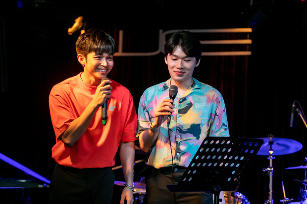 Jun Phạm công khai khoe nhẫn cặp với Ngô Kiến Huy, song ca bài hát mới toanh cùng với Quang Trung tại showcase mừng sinh nhật - Ảnh 7.