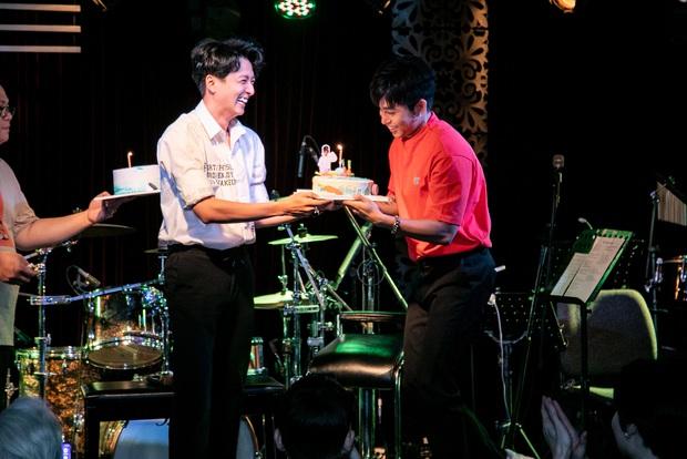 Jun Phạm công khai khoe nhẫn cặp với Ngô Kiến Huy, song ca bài hát mới toanh cùng với Quang Trung tại showcase mừng sinh nhật - Ảnh 3.
