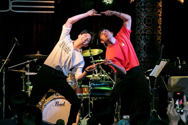 Jun Phạm công khai khoe nhẫn cặp với Ngô Kiến Huy, song ca bài hát mới toanh cùng với Quang Trung tại showcase mừng sinh nhật - Ảnh 4.