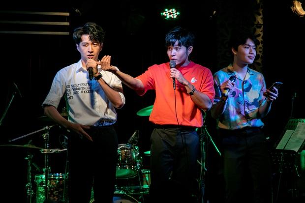 Jun Phạm công khai khoe nhẫn cặp với Ngô Kiến Huy, song ca bài hát mới toanh cùng với Quang Trung tại showcase mừng sinh nhật - Ảnh 8.
