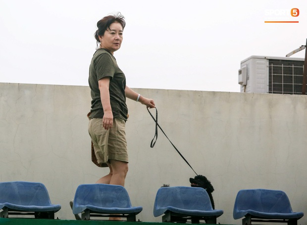 HLV Park Hang-seo dành cử chỉ đặc biệt khiến bà xã bật cười trước trận đấu tập của U22 Việt Nam - Ảnh 1.
