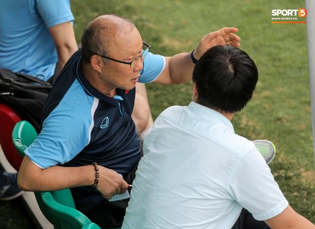HLV Park Hang-seo dành cử chỉ đặc biệt khiến bà xã bật cười trước trận đấu tập của U22 Việt Nam - Ảnh 5.