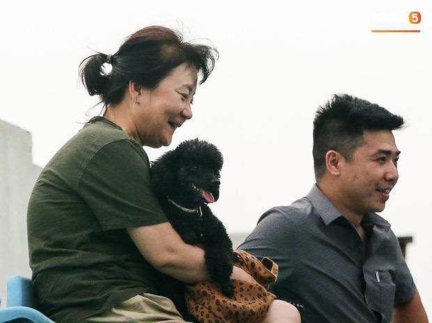HLV Park Hang-seo dành cử chỉ đặc biệt khiến bà xã bật cười trước trận đấu tập của U22 Việt Nam - Ảnh 3.