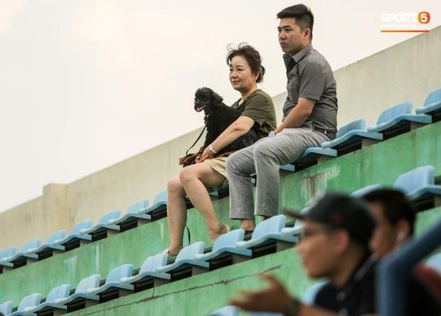 HLV Park Hang-seo dành cử chỉ đặc biệt khiến bà xã bật cười trước trận đấu tập của U22 Việt Nam - Ảnh 2.