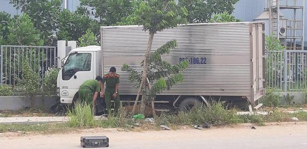 Xe máy chở 3 chạy ngược chiều đâm trúng xe tải, 2 thanh niên tử vong, một người đi cấp cứu - Ảnh 1.