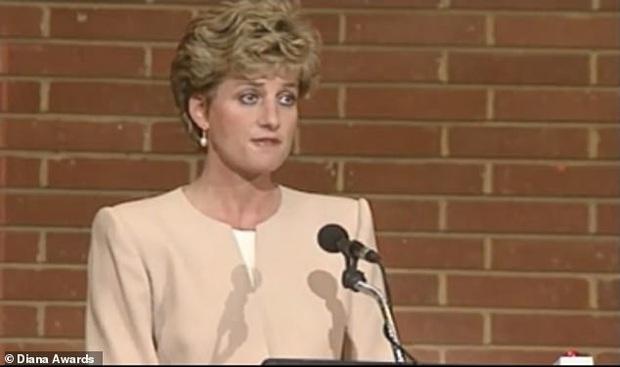 Hoàng tử Harry theo lời vợ, nói xin lỗi trong lần xuất hiện công khai mới nhất, nhưng đáng chú ý lại là phản ứng của hàng nghìn người hâm mộ - Ảnh 2.