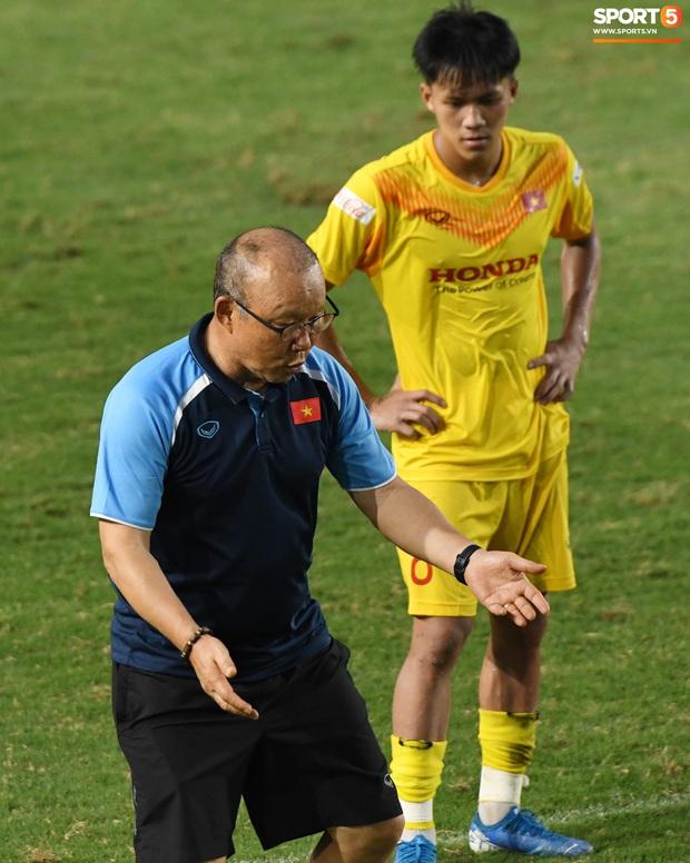HLV Park Hang-seo dạy cho cầu thủ U22 Việt Nam bài học về cách lắng nghe, dặn dò đầy tâm huyết trước khi chia tay: Các bạn phải nỗ lực gấp đôi người khác  - Ảnh 8.
