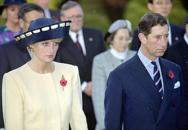 Sự thật về bức ảnh phơi bày cho toàn thế giới biết cuộc hôn nhân đã chết của Công nương Diana: Gần ngay trước mắt mà xa tận chân trời - Ảnh 2.