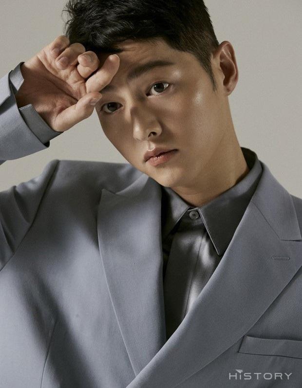 Song Joong Ki bị dụ làm trùm mafia, bén duyên với gái ế Jeon Yeo Bin ở dự án phim mới - Ảnh 1.