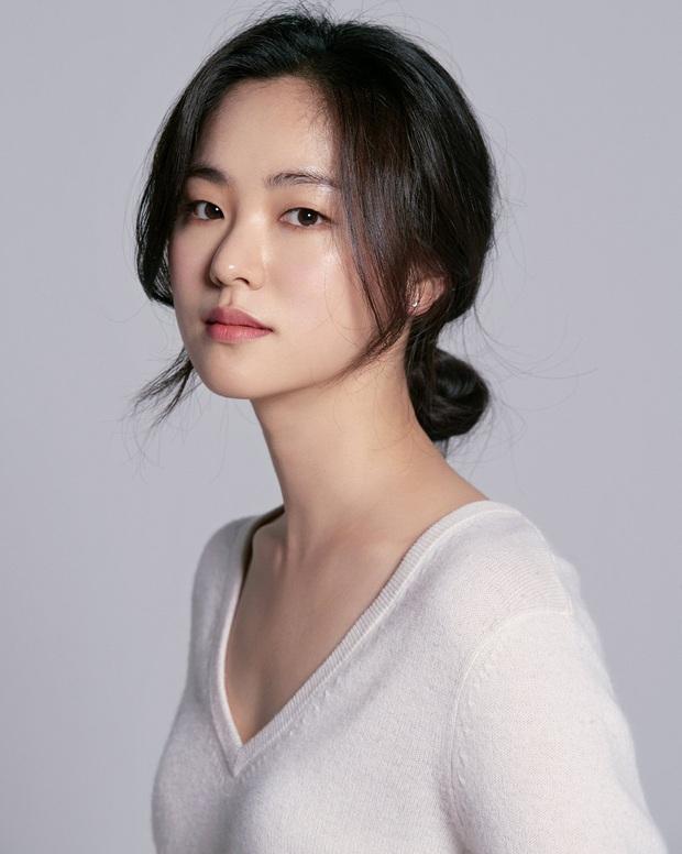 Song Joong Ki bị dụ làm trùm mafia, bén duyên với gái ế Jeon Yeo Bin ở dự án phim mới - Ảnh 3.
