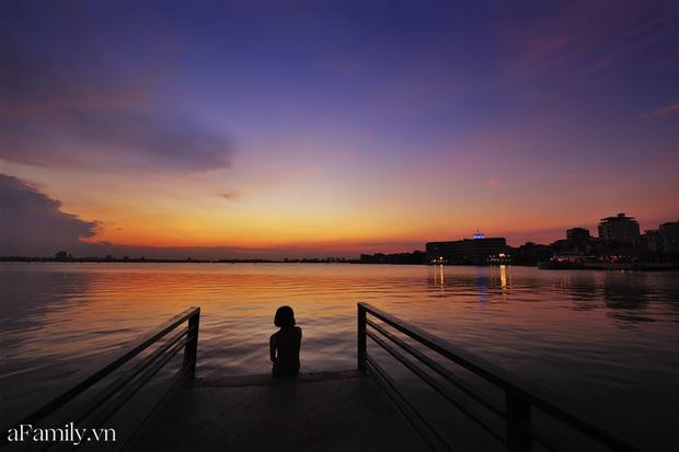 Chùm ảnh: Hoàng hôn tím đỏ trên hồ Tây những buổi chiều mùa hạ - điều đáng giá của những đợt nắng nóng đổ lửa là đây chứ đâu! - Ảnh 1.