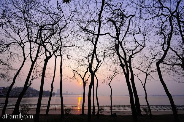 Chùm ảnh: Hoàng hôn tím đỏ trên hồ Tây những buổi chiều mùa hạ - điều đáng giá của những đợt nắng nóng đổ lửa là đây chứ đâu! - Ảnh 2.