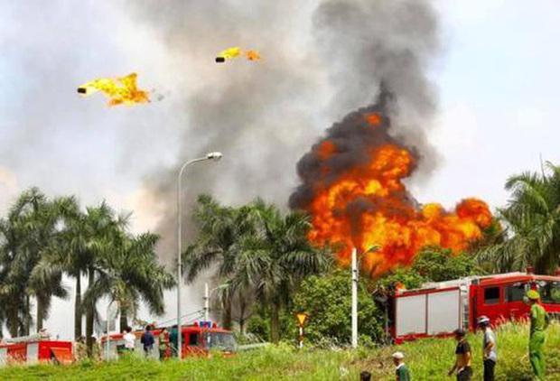 Có hiện tượng rò rỉ hóa chất trong vụ cháy kho xưởng sơn ở Long Biên - Ảnh 2.