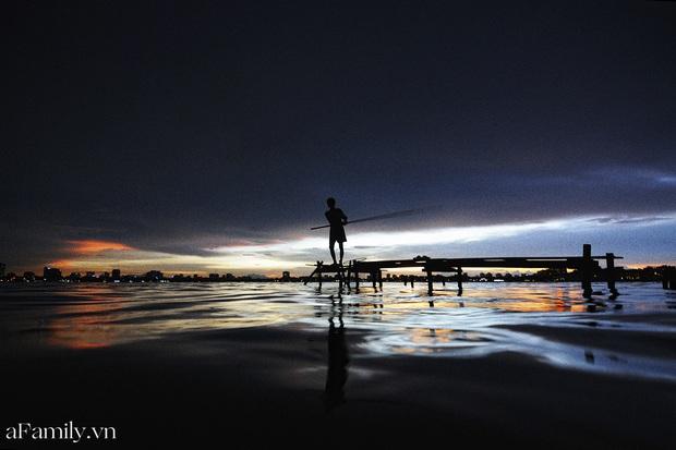Chùm ảnh: Hoàng hôn tím đỏ trên hồ Tây những buổi chiều mùa hạ - điều đáng giá của những đợt nắng nóng đổ lửa là đây chứ đâu! - Ảnh 11.