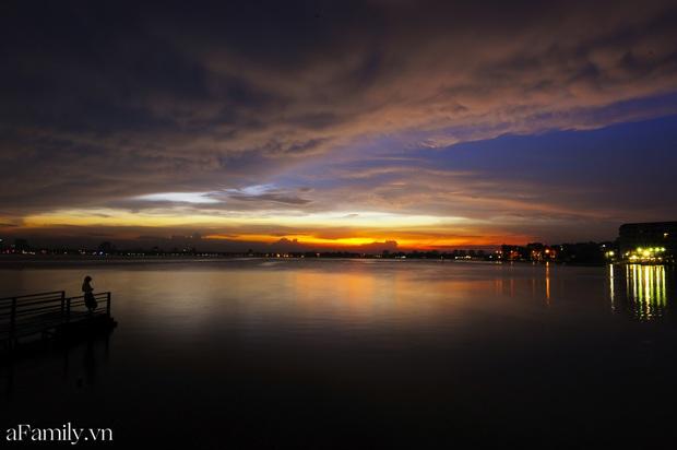 Chùm ảnh: Hoàng hôn tím đỏ trên hồ Tây những buổi chiều mùa hạ - điều đáng giá của những đợt nắng nóng đổ lửa là đây chứ đâu! - Ảnh 12.