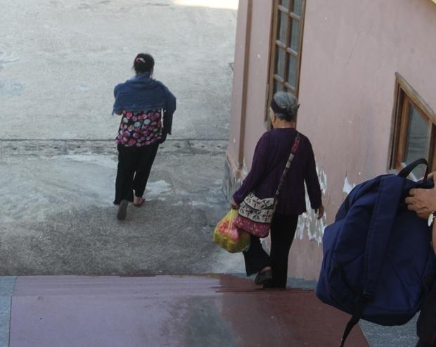 Bà T. vội vàng chạy theo Tuấn trước khi bị cáo ra xe về trại giam.