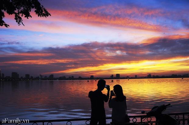 Chùm ảnh: Hoàng hôn tím đỏ trên hồ Tây những buổi chiều mùa hạ - điều đáng giá của những đợt nắng nóng đổ lửa là đây chứ đâu! - Ảnh 4.