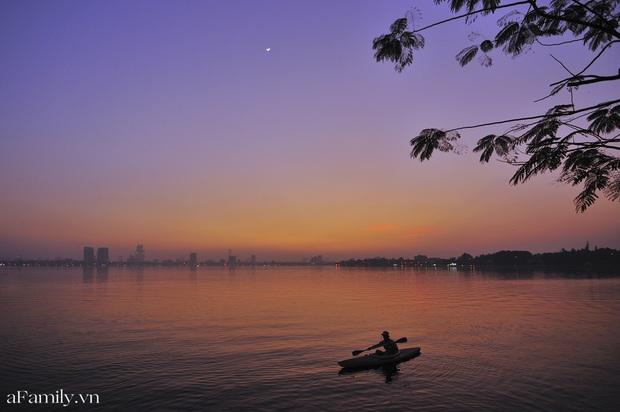 Chùm ảnh: Hoàng hôn tím đỏ trên hồ Tây những buổi chiều mùa hạ - điều đáng giá của những đợt nắng nóng đổ lửa là đây chứ đâu! - Ảnh 7.