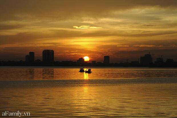 Chùm ảnh: Hoàng hôn tím đỏ trên hồ Tây những buổi chiều mùa hạ - điều đáng giá của những đợt nắng nóng đổ lửa là đây chứ đâu! - Ảnh 9.