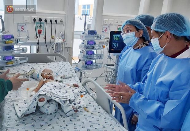 Trưởng ê-kíp Tiết niệu sinh dục kể lại phút bối rối khi phẫu thuật tách Trúc Nhi – Diệu Nhi, bật mí về khả năng sinh nở của 2 con trong tương lai - Ảnh 1.