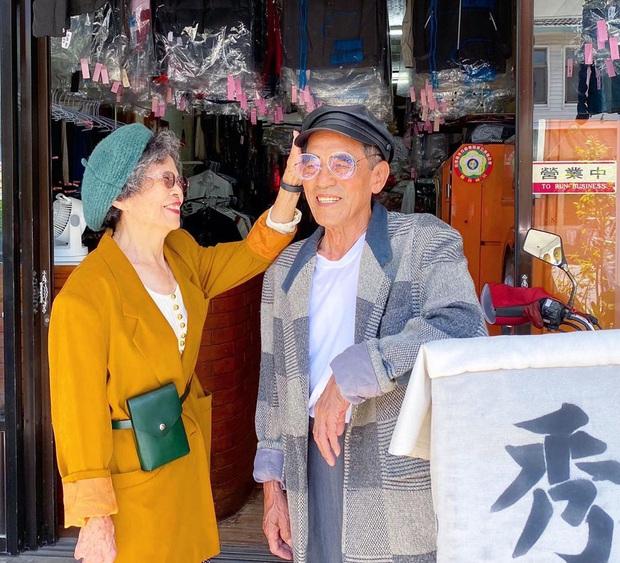 Quần áo khách mang đến giặt cả chục năm không lấy, 2 cụ già chủ tiệm lôi ra lên đồ chụp hình OOTD chất đét - Ảnh 6.