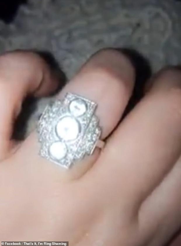 Chiếc nhẫn đính hôn có hình dáng kỳ lạ.
