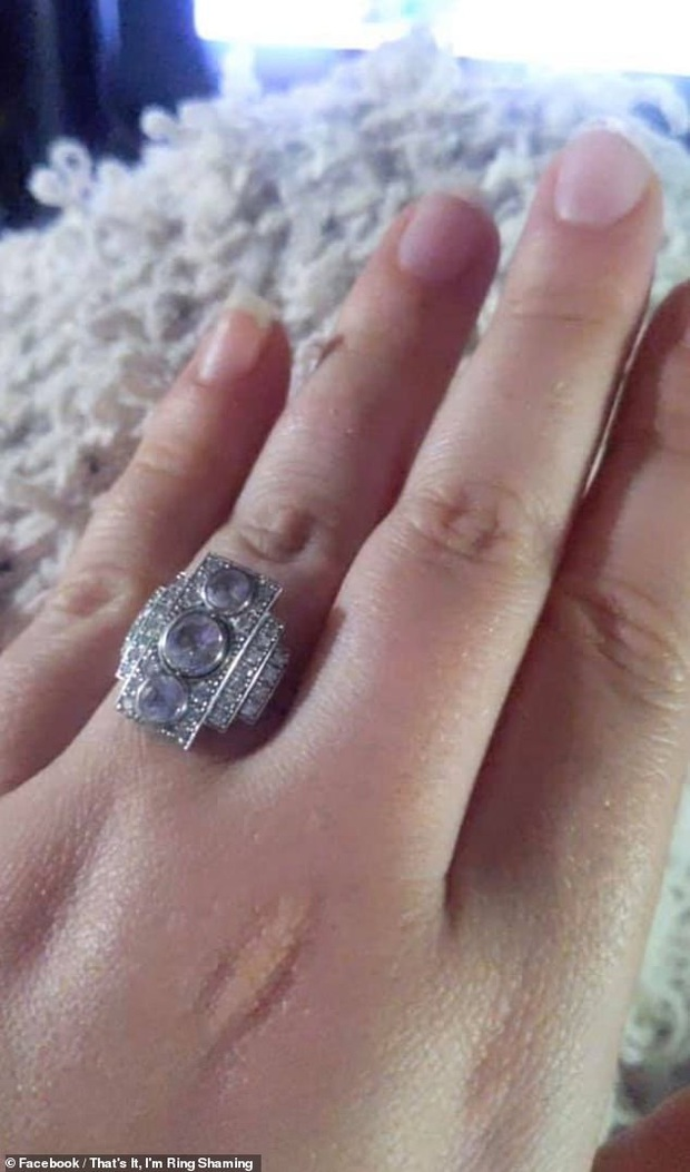Khoe nhẫn đính hôn có 3 viên kim cương xếp theo hình dáng kỳ lạ, cô dâu bị dân mạng chê là đeo mảnh ghép của bộ xếp hình Lego - Ảnh 2.