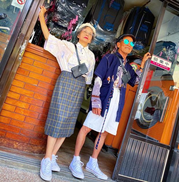 Quần áo khách mang đến giặt cả chục năm không lấy, 2 cụ già chủ tiệm lôi ra lên đồ chụp hình OOTD chất đét - Ảnh 7.