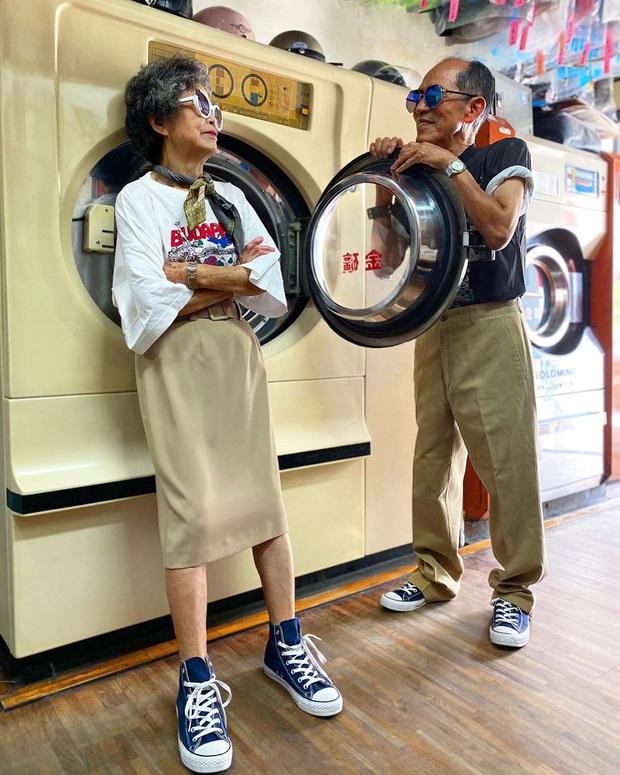 Quần áo khách mang đến giặt cả chục năm không lấy, 2 cụ già chủ tiệm lôi ra lên đồ chụp hình OOTD chất đét - Ảnh 2.