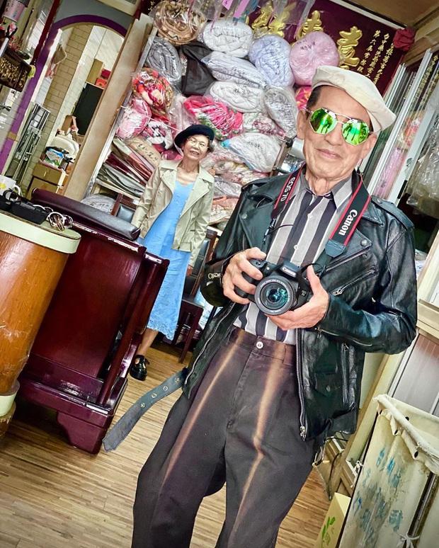 Quần áo khách mang đến giặt cả chục năm không lấy, 2 cụ già chủ tiệm lôi ra lên đồ chụp hình OOTD chất đét - Ảnh 1.