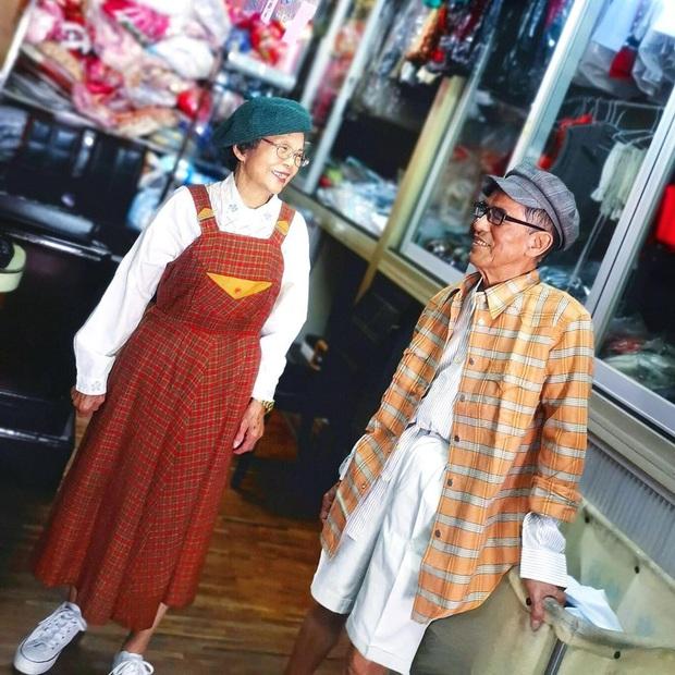 Quần áo khách mang đến giặt cả chục năm không lấy, 2 cụ già chủ tiệm lôi ra lên đồ chụp hình OOTD chất đét - Ảnh 10.