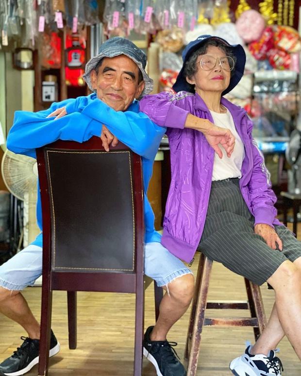 Quần áo khách mang đến giặt cả chục năm không lấy, 2 cụ già chủ tiệm lôi ra lên đồ chụp hình OOTD chất đét - Ảnh 11.