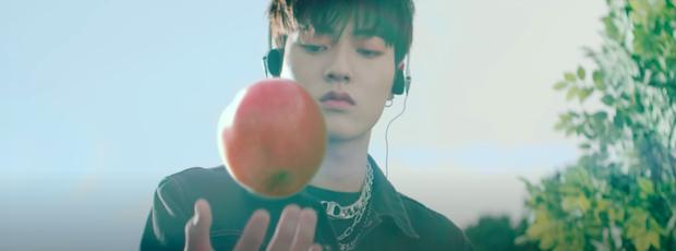 Quả táo thần kỳ truyền qua nhiều thế hệ của nhà YG: Từ G-Dragon cho đến Lisa hay tân binh TREASURE, cứ cầm táo là tự động rap hay? - Ảnh 15.
