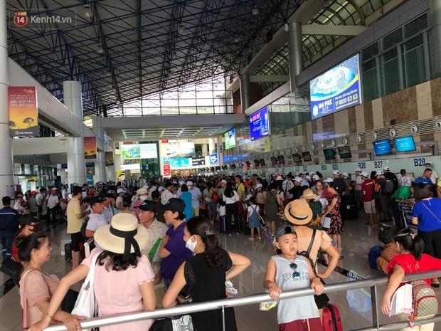 Chùm ảnh: Biển người xếp hàng, chờ làm thủ tục tại sân bay Nội Bài - Ảnh 16.